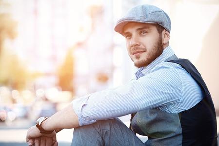 beau mec: portrait de jeune homme à la mode dans la ville