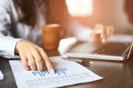 ejecutiva en oficina: Las manos del administrador financiero tomar notas cuando se trabaja