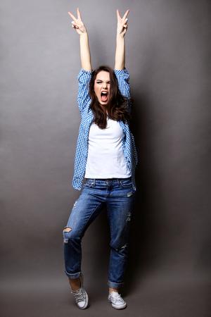 Winnaar vrouw vieren van succes geïsoleerd op grijs. Stockfoto - 51369932