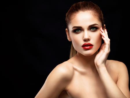 labios sexy: Modelo de la mujer de belleza con una larga marrón del pelo ondulado. Cabello sano y hermoso maquillaje profesional. Labios rojos y los ojos ahumados arriba. Magnífico Retrato del encanto de señora.
