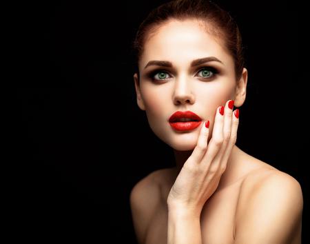 Schönheit Modell Frau mit langen braunen gewellten Haar. Haar gesund und schön professionellen Make-up. Rote Lippen und rauchigen Augen Make-up. Herrliche Glamour Lady Portrait. Standard-Bild - 52101919