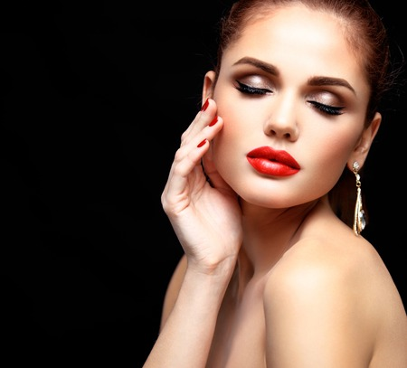 Schoonheid model vrouw met lang bruin golvend haar. Gezond haar en mooie professionele make-up. Rode lippen en rokerige ogen make-up. Prachtige Glamour Lady Portrait. Stockfoto