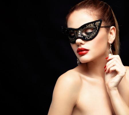 sexy young girl: модель красоты женщина носить венецианские маски маскарад карнавал на вечеринке, изолированных на черном фоне. Рождество и Новый год праздник. Гламур дама с совершенным макияж
