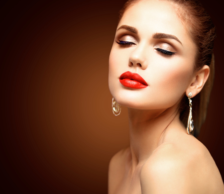 glamour makeup: Beauty Model Woman with Long Brown Wavy Hair. Healthy Hair and Beautiful Professional Makeup. Red Lips and Smoky Eyes Make up. Gorgeous Glamour Lady Portrait. Stock Photo