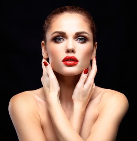 mujeres morenas: Modelo de la mujer de belleza con una larga marr�n del pelo ondulado. Cabello sano y hermoso maquillaje profesional. Labios rojos y los ojos ahumados arriba. Magn�fico Retrato del encanto de se�ora.