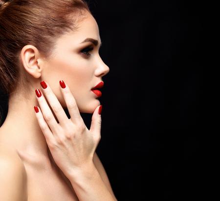 l�piz labial: Modelo de la mujer de belleza con una larga marr�n del pelo ondulado. Cabello sano y hermoso maquillaje profesional. Labios rojos y los ojos ahumados arriba. Magn�fico Retrato del encanto de se�ora.