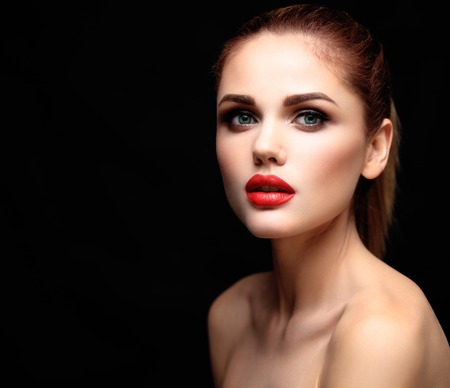 Beauty Model Woman with Long Brown Wavy Hair. Healthy Hair and Beautiful Professional Makeup. Red Lips and Smoky Eyes Make up. Gorgeous Glamour Lady Portrait. Standard-Bild