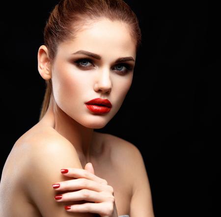 femme brune sexy: Beaut� Mod�le Femme avec Long Brown Cheveux ondul�s. Cheveux sains et beaux maquillage professionnel. Red Lips et Smoky Eyes maquillage. Magnifique Portrait Glamour Lady.