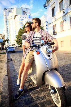 오토바이 타고 사랑에 몇, 잘 생긴 남자와 젊은 섹시 한 여자 여행입니다. 젊은 라이더들이 여행을 즐긴다. 모험과 휴가 개념입니다.