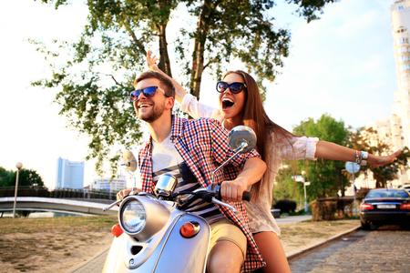 バイクに乗って愛のカップル