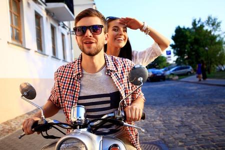 parejas romanticas: Pares en el amor que monta una moto