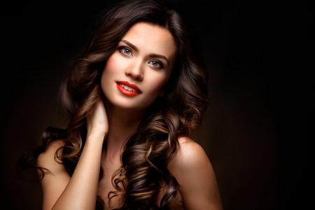 Schoonheid Model vrouw met lang bruin golvend haar. Stockfoto