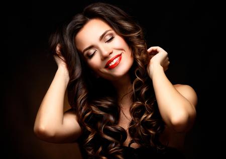 unas largas: Modelo de la mujer de belleza con una larga marr�n del pelo ondulado Foto de archivo
