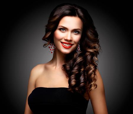 ojos negros: Modelo de la mujer de belleza con una larga marrón del pelo ondulado Foto de archivo