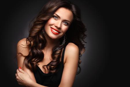 茶色の長いウェーブのかかった髪の美容モデル女性 写真素材