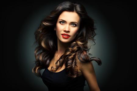 cabello negro: Modelo de la mujer de belleza con una larga marrón del pelo ondulado Foto de archivo