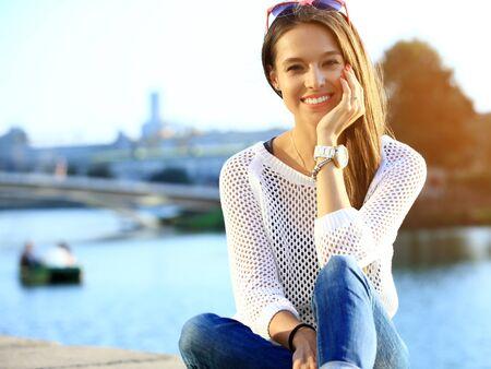 Portrait de jeune souriante belle femme. Portrait en gros plan d'un jeune et jeune modèle de mode posant en plein air. Portrait extérieur en été