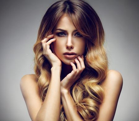 긴, 건강, 똑바로 하 고 반짝이 머리와 아름 다운 금발 여자. 헤어 스타일 루스 모발