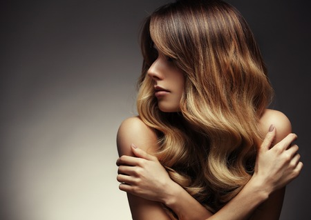 Schöne blonde Frau mit langen, gesunden, glattes, glänzendes Haar. Frisur lose Haare Standard-Bild - 55760729