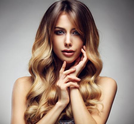 Belle femme blonde avec une longue, en bonne santé, droit et cheveux brillants. cheveux dénoués Coiffure Banque d'images