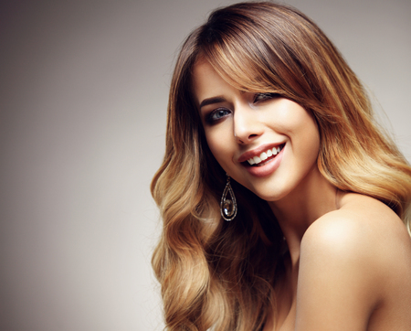 loose hair: Beautiful blonde woman with long, healthy , straight and shiny hair. Hairstyle loose hair