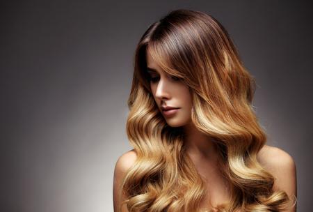 Schöne blonde Frau mit langen, gesunden, glattes, glänzendes Haar. Frisur lose Haare Standard-Bild - 55829817