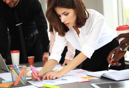 Heureux les créateurs d'entreprise en réunion dans le bureau