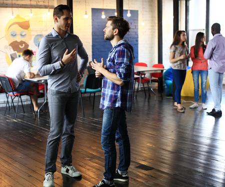 gruppo di giovani imprenditori, imprenditori avvio a lavorare sul loro impresa nello spazio coworking