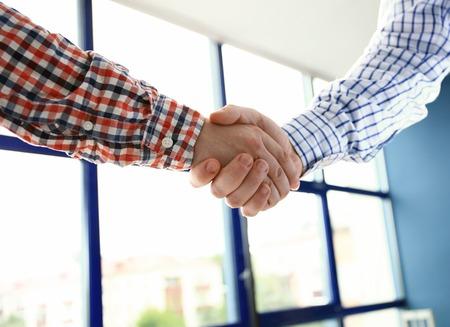 ¡Buen trabajo! Concepto de negocio Meeting People corporativo discusión del apretón de manos Foto de archivo