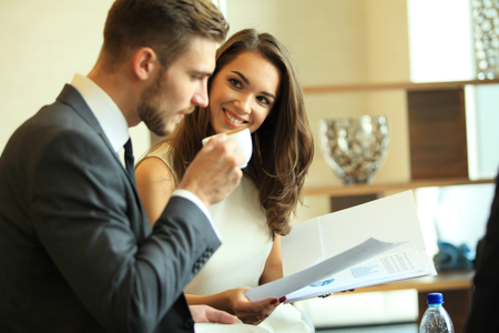 Businessman And Businesswoman Meeting In Coffee Shop. Banque d'images
