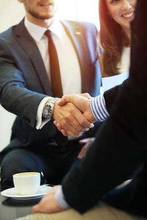 reunion de trabajo: La gente de negocios dándose la mano, hasta terminar una reunión. Foto de archivo