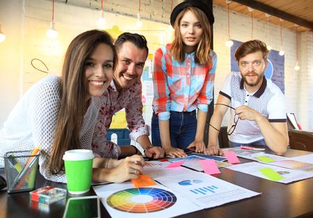 若いビジネス人とデザイナーのグループです。彼らは、新しいプロジェクトに取り組んで。スタートアップのコンセプト