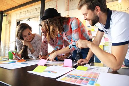 コワーキング スペースに自分たちのベンチャーで働いてスタートアップ起業家のビジネスの若い人々 のグループです。