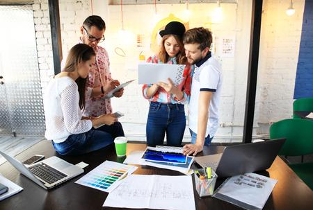 Gruppe junger Geschäftsleute, arbeiten Startup Unternehmer auf ihre Venture in Coworking Space Standard-Bild