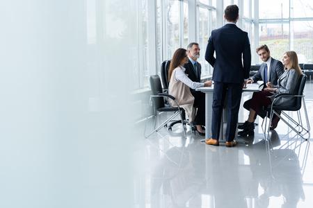 Equipo de negocios corporativos y gerente en una reunión, cerrar