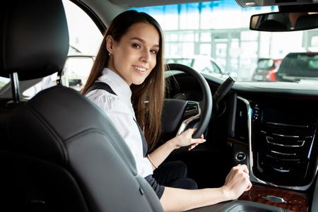 Junge Geschäftsfrau Probefahrt ihr neues Auto.