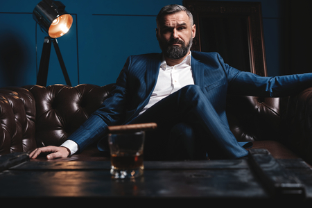 Attractive man with cigar and a glass whiskey Stockfoto