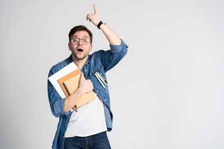 I have got brilliant idea. Caucasian cheerful man, raises index finger, has intriguing plan isolated over white background with copy space Banco de Imagens - 117961505