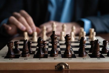 Geschäftsmann spielt mit Schachspiel. Konzept der Geschäftsstrategie und Taktik.