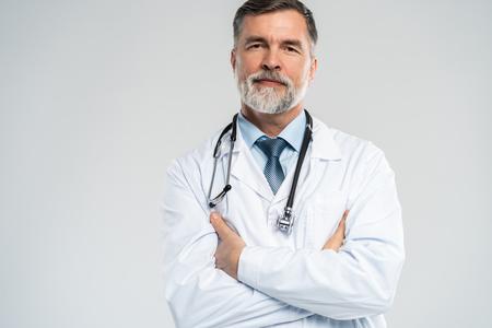 Doctor maduro alegre posando y sonriendo a la cámara, la salud y la medicina.