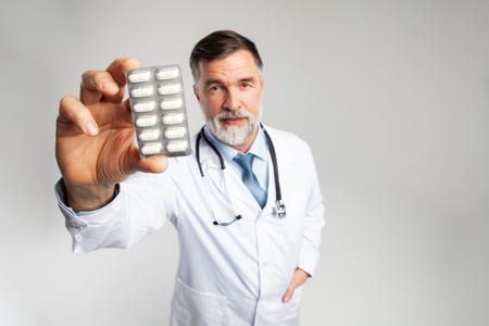 koncepcja opieki zdrowotnej i medycznej - lekarz z pigułką w szpitalu