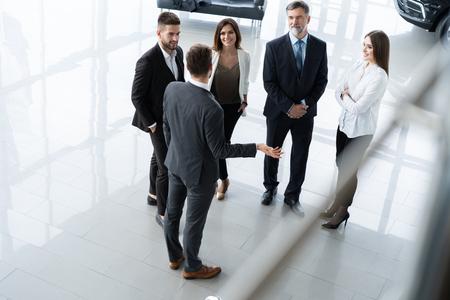 Équipe des activités discutant ensemble des plans d'affaires