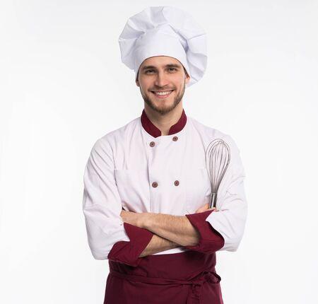 Retrato de cocinero chef guapo positivo en boina y traje blanco aislado sobre fondo blanco.