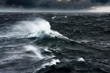 olas de mar: Ondas que se rompen y la pulverizaci�n en alta mar y los fuertes vientos Foto de archivo