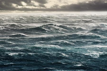 Stormachtige winden Nivellering enorme golven Flat