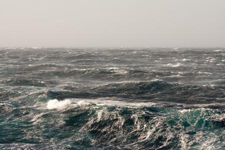 viento: Tormentoso Winds Rompiendo las crestas y la formación de rayas de espuma
