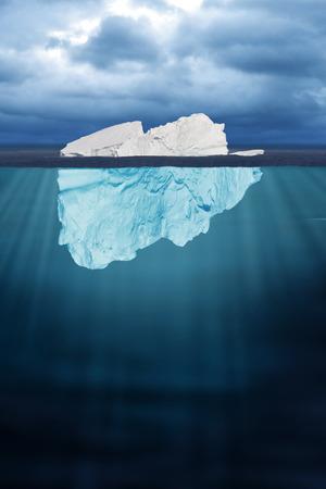 半分見た氷山が海に浮かんでいます。