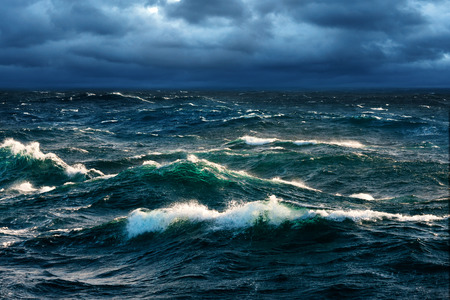 mare agitato: Onde che si infrangono in aumento tempesta