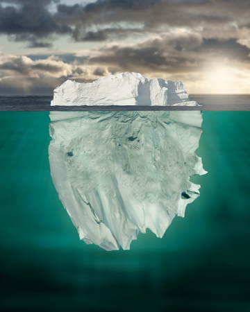 Meestal Onderwater Iceberg Floating in Ocean Stockfoto
