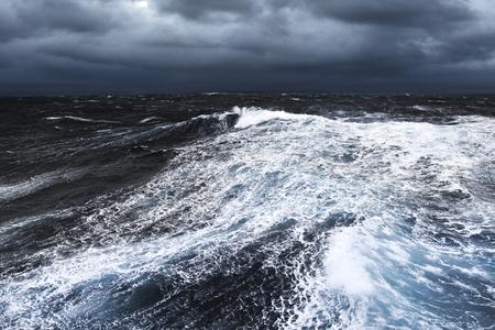 폭풍우 치는 바다에서 튀는 거대한 파도 스톡 콘텐츠